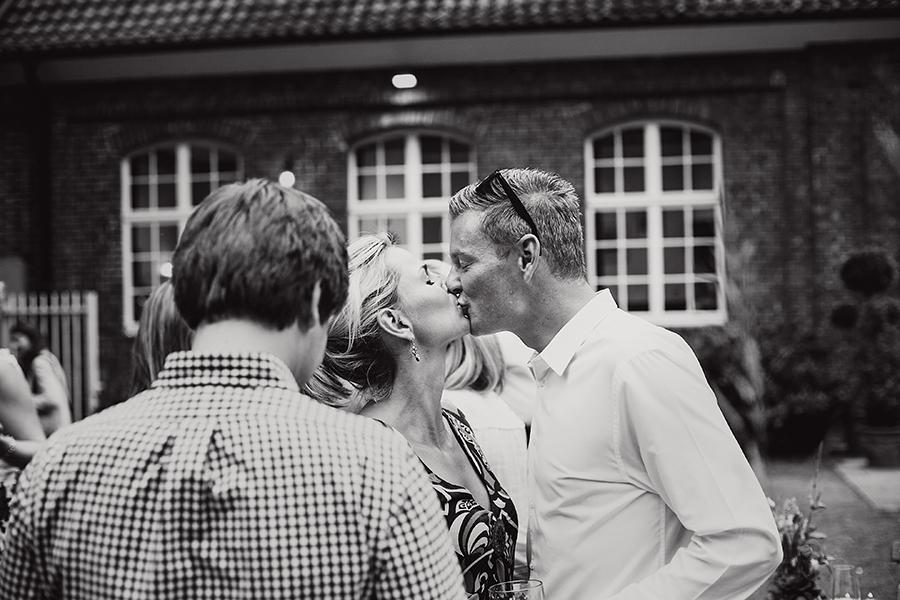 hochzeitsgäste kuss