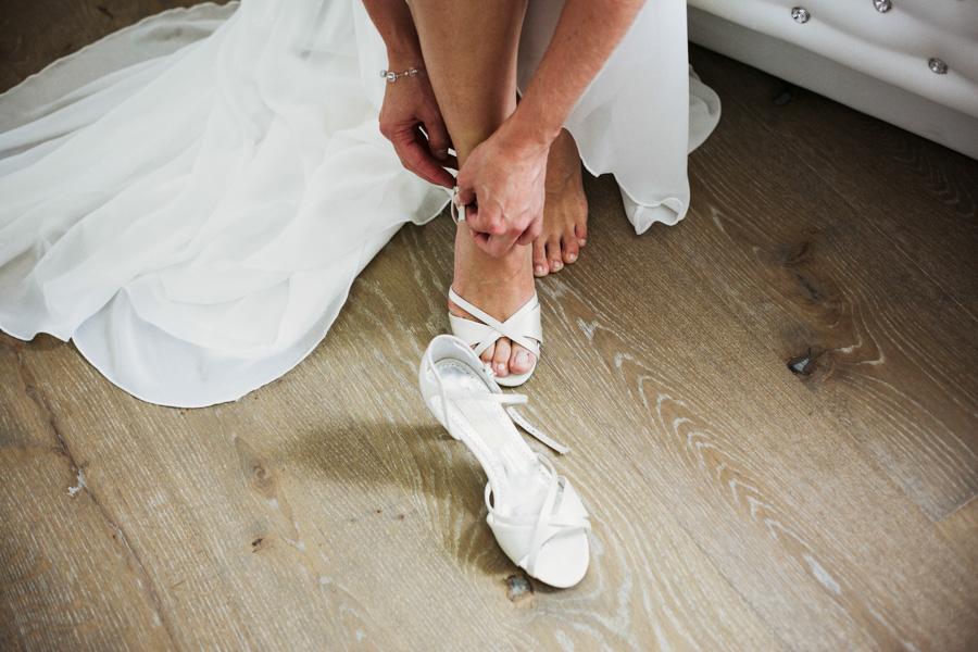 Brautschuhe bei der Vorbereitung