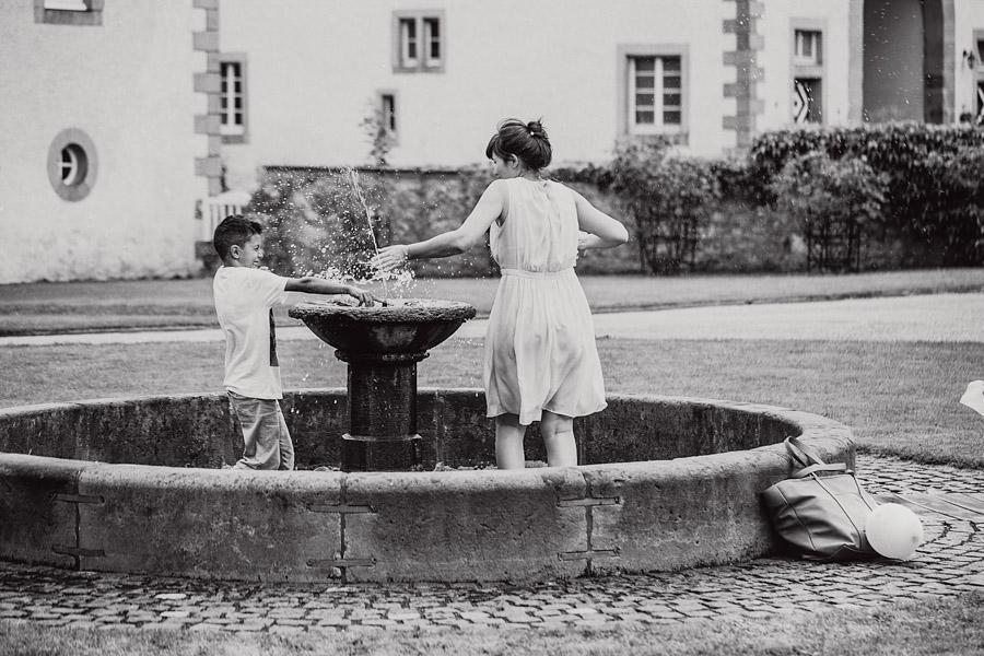 Hochzeitsgäste Brunnen Kinder