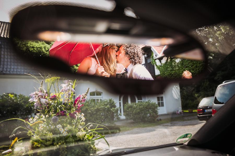 Brutpaar Autospiegel Kuss