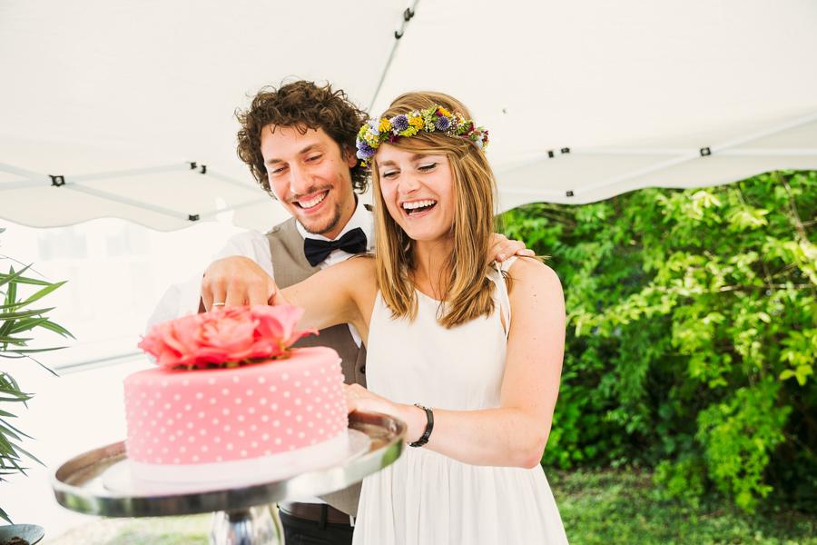 Hochzeitstorte Anschnitt Brautpaar