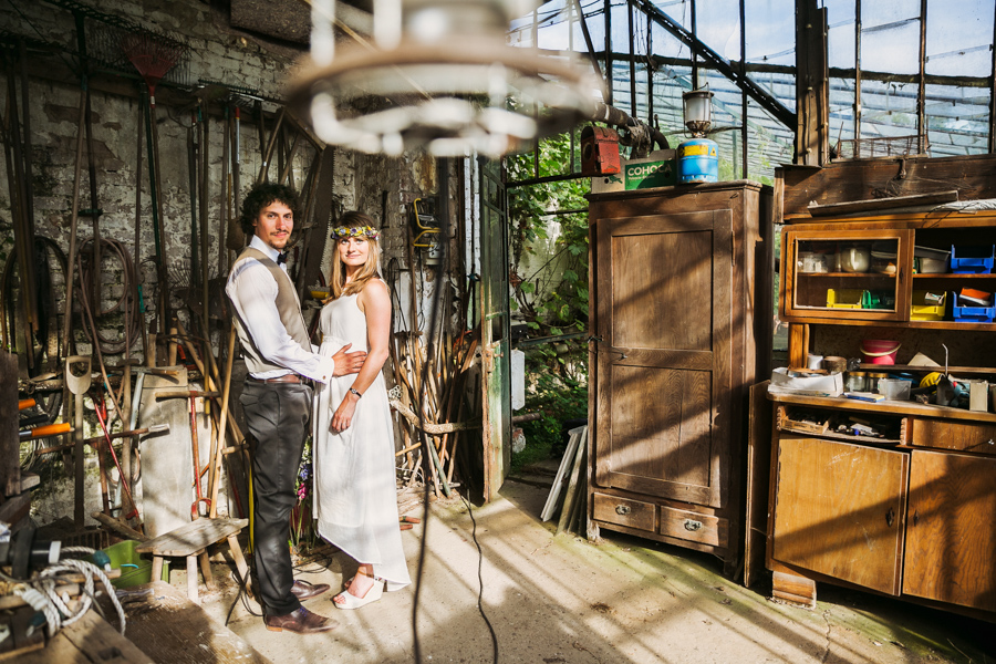 Brautpaar Hochzeitsshooting Schuppen