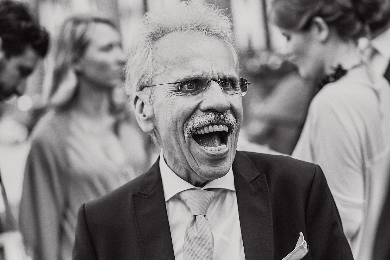 Mann lachen