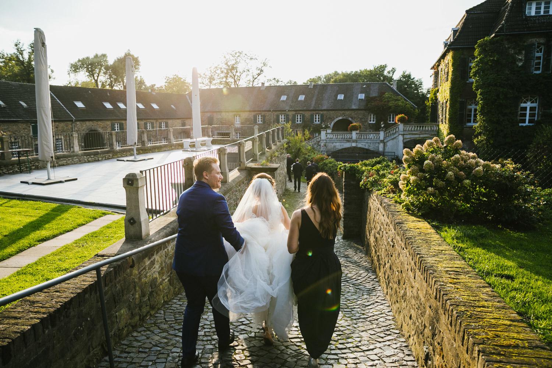 Brautpaar vor dem Eingang