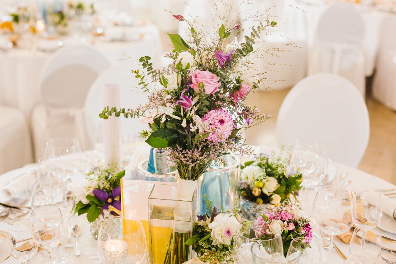 Blumendeko im Hochzeitssaal