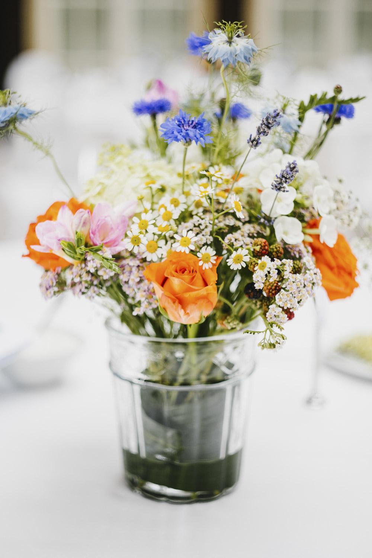 Blumendeko in der Hochzeitslocation