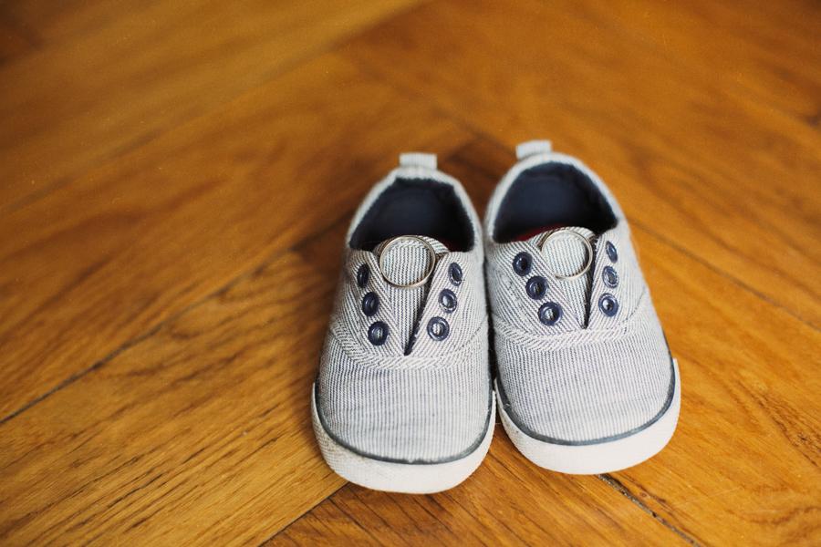 Schuhe und Hochzeitsringe