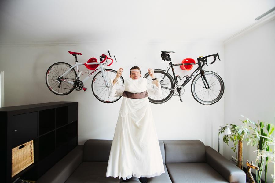 Hochzeitskleid und Bräutigam
