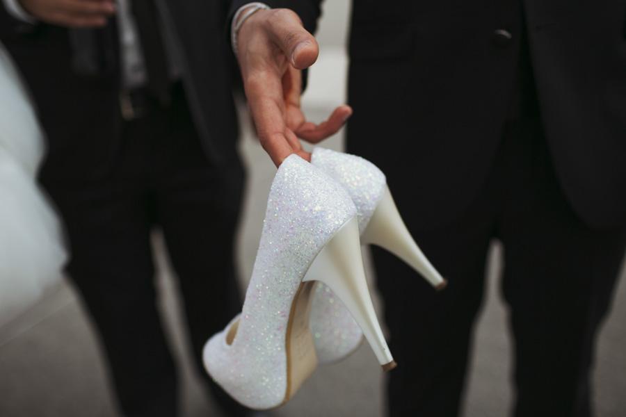 Bräutigam trägt Brautschuhe