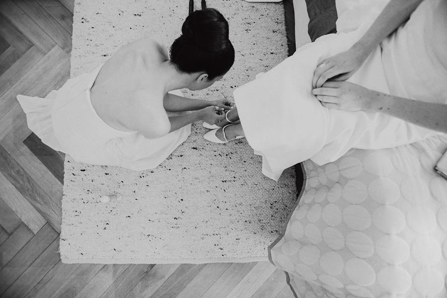 Brautschuhe und Trauzeugin