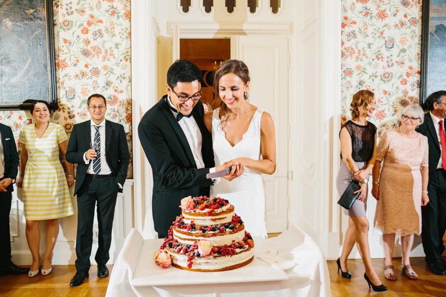 Hochzeitstorte Brautpaar Anschnitt