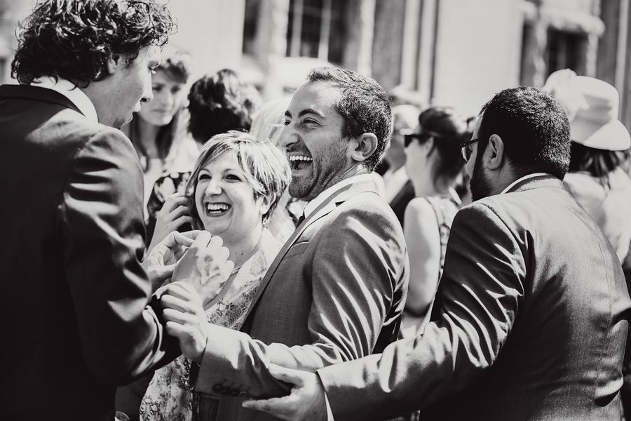 Hochzeitsgäste Bräutigam Lachen