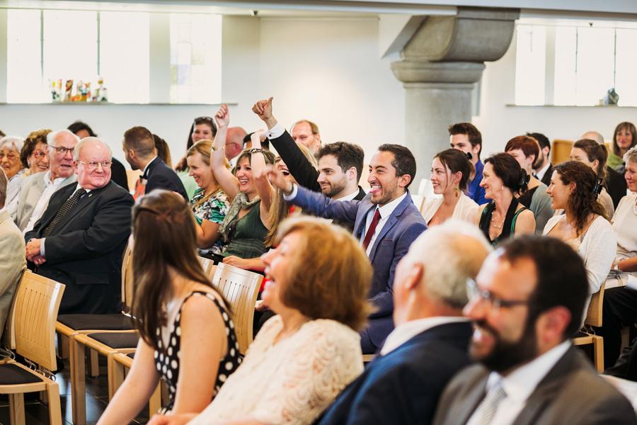 Trauung Hochzeitsgäste Lachen