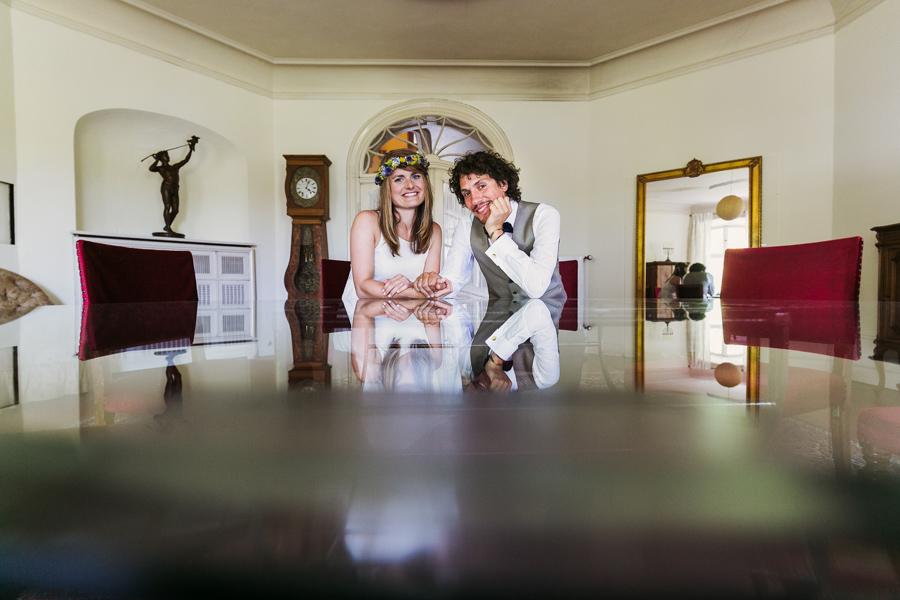 Brautpaar Hochzeitsshooting Tisch