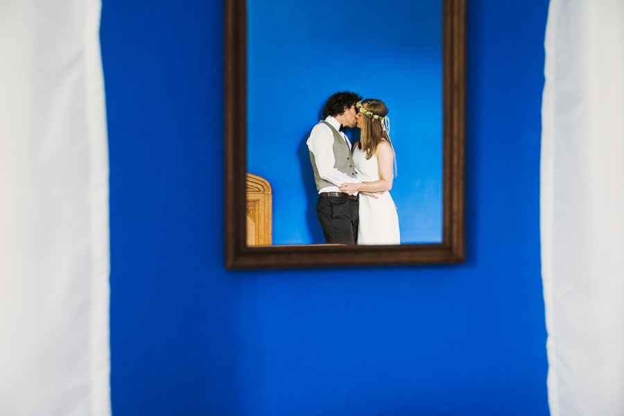 Brautpaar Spiegel Kuss