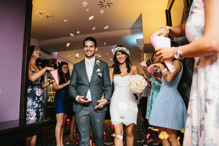 Hochzeit Brautpaar Rosenblätter