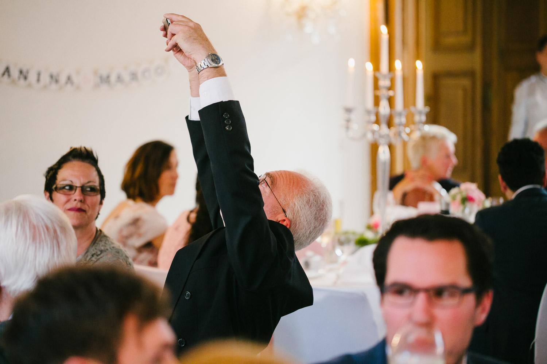Hochzeitsgast fotografiert