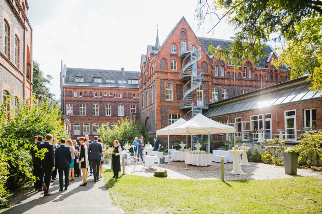 Hochzeit im Garten vom Hotel MutterHaus mit Ihrem Hochzeitsfotograf in Bochum