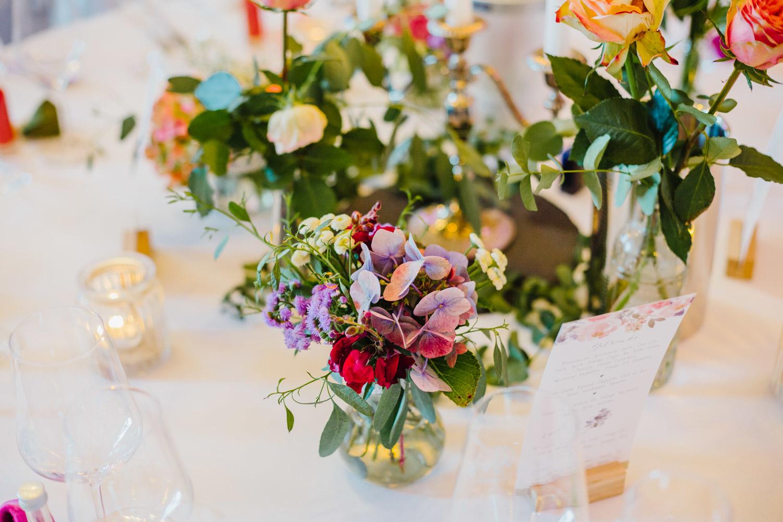 Blumendekoration in der Hochzeitslocation